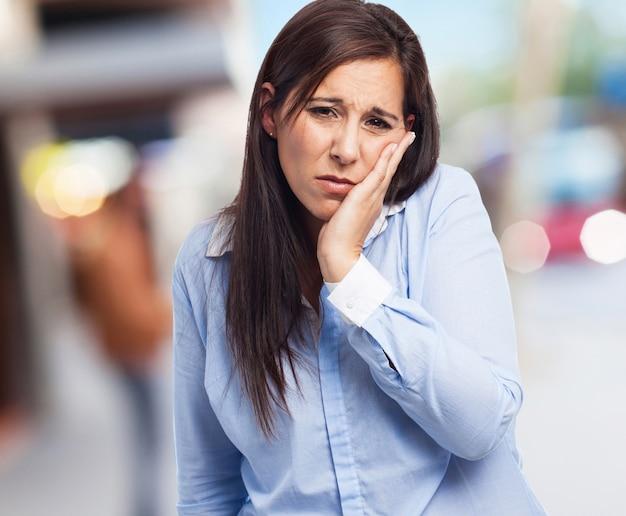 Frau leidet zahnschmerzen