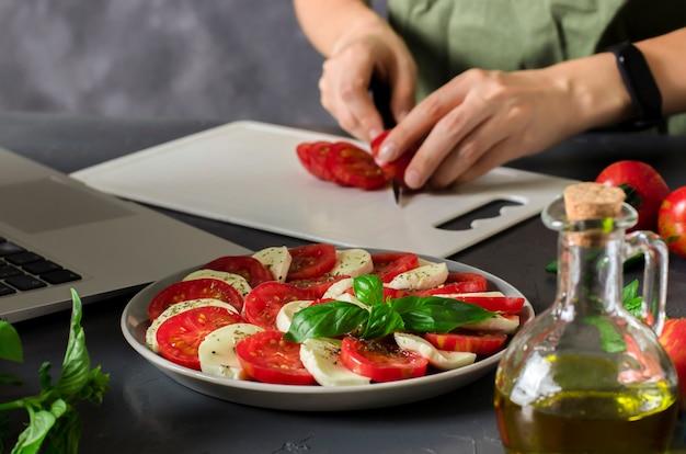 Frau lernt online kochen