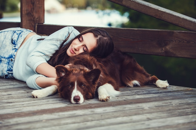 Frau liegend mit ihrem hund