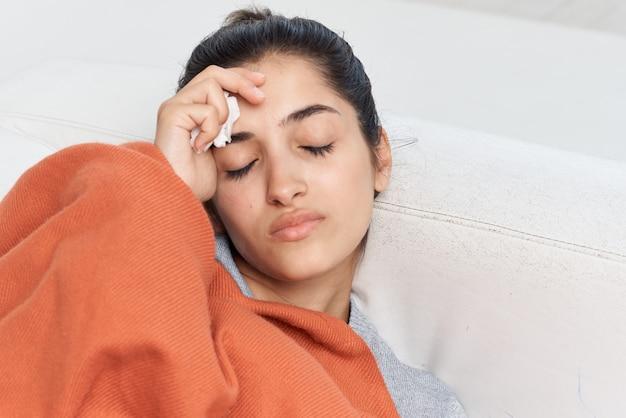 Frau liegt auf der couch kalte gesundheitsprobleme behandlung