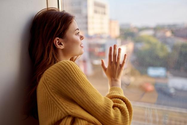 Frau liegt auf der fensterbank lifestyle