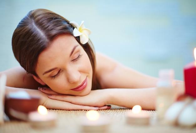 Frau liegt auf der massage schreibtisch