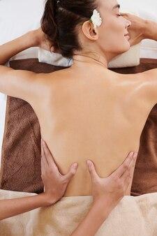 Frau liegt auf massagetisch