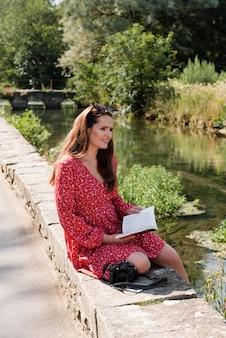 Frau liest alleine unterwegs