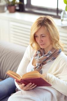 Frau liest auf dem sofa