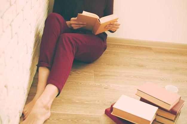 Frau liest das buch
