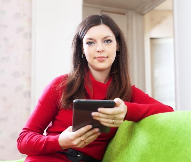 Frau liest e-reader oder tablet-computer