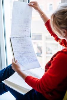 Frau liest notizen im notebook