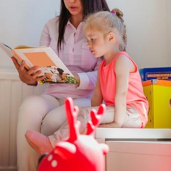 Frau liest zum kind