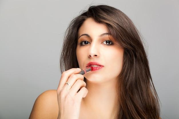 Frau lippenstift auftragen
