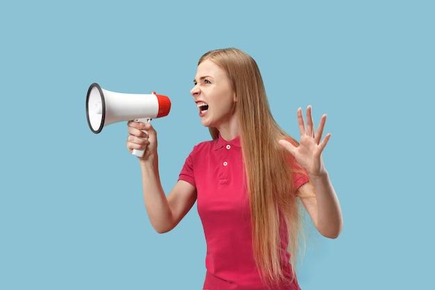 Frau macht ankündigung mit megaphon
