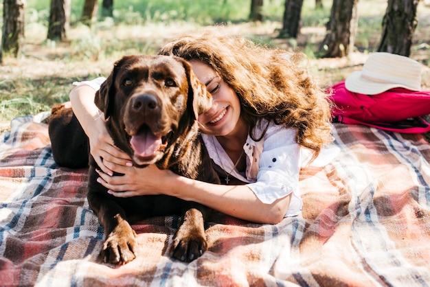 Frau macht ein picknick mit ihrem hund
