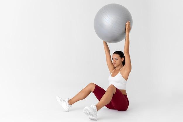 Frau macht eine fitnessübung