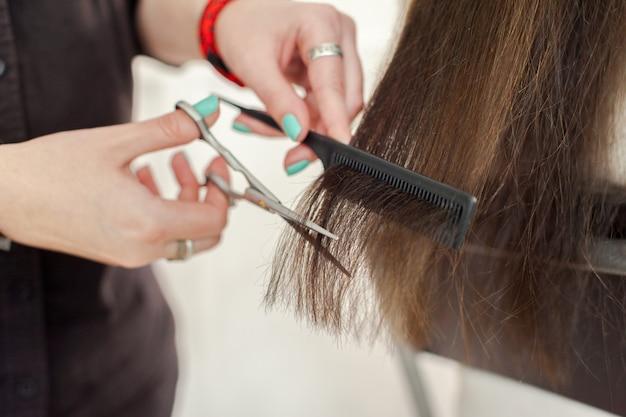 Frau macht einen haarschnitt