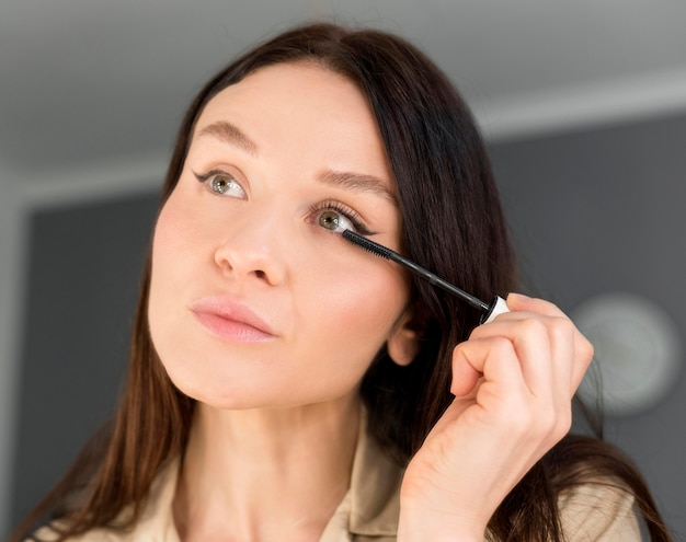 Frau macht eyeliner
