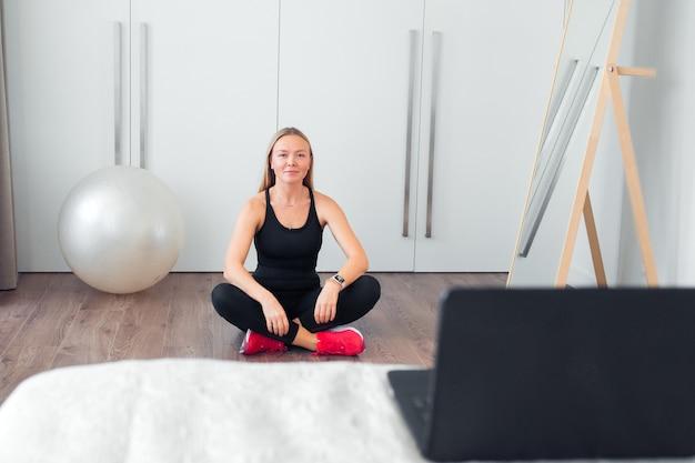 Frau macht fitnessübungen zu hause