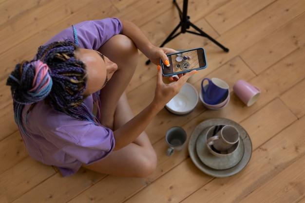 Frau macht fotos für ihr geschäft