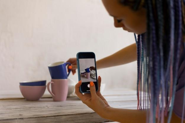 Frau macht fotos für ihr geschäft Kostenlose Fotos