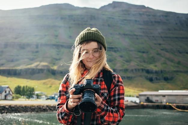 Frau macht fotos von epischem kreuzfahrtschiff im fjord