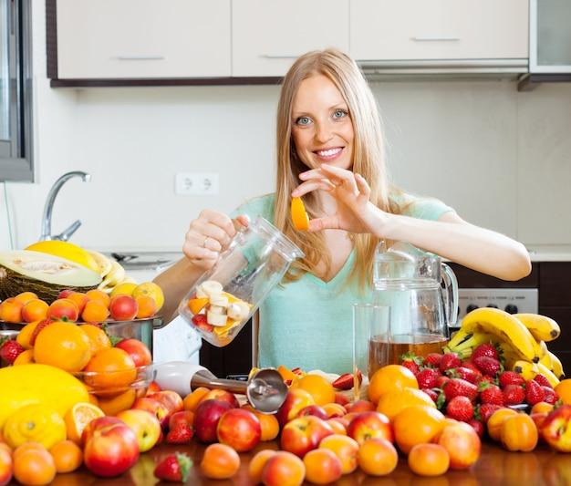 Frau macht getränke aus früchten