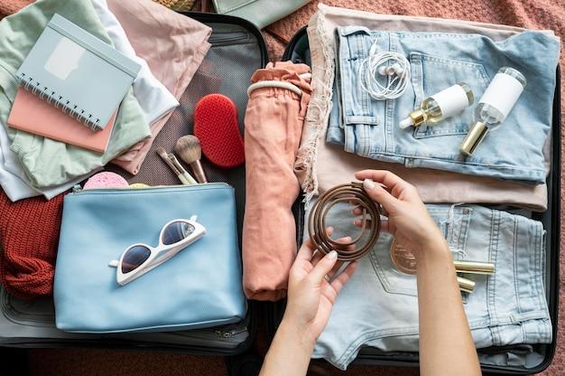 Frau macht ihr gepäck für den nächsten urlaub