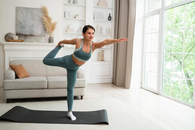 Frau macht ihr training zu hause