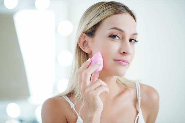 Frau macht make-up