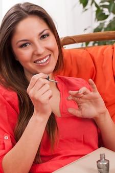 Frau macht maniküre zu hause