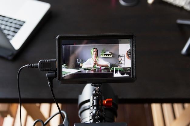 Frau macht mit ihrer professionellen kamera einen beauty-vlog