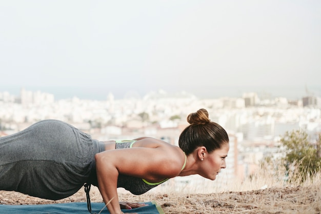 Frau macht push-up übung