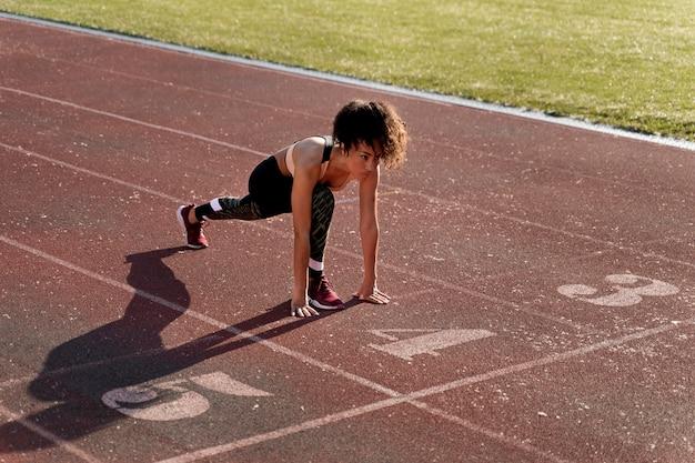 Frau macht sich bereit zu laufen