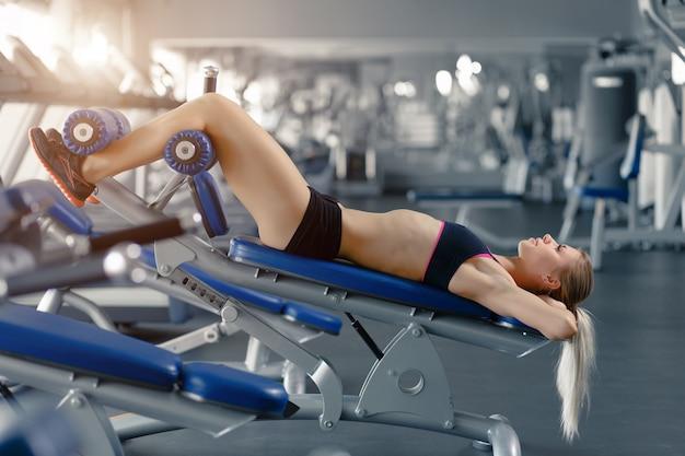 Frau macht sit-ups auf einer maschine