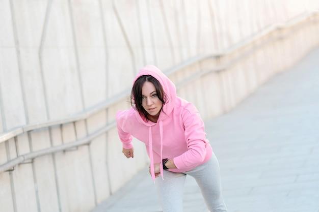 Frau macht sport im freien