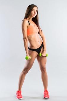 Frau macht übungen.
