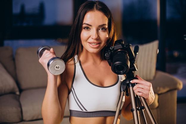 Frau macht video vom training zu hause