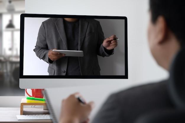 Frau macht videokonferenz