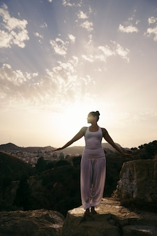Frau macht yoga im berghang