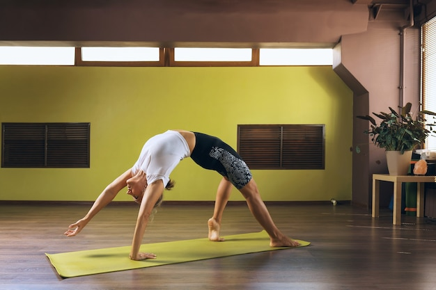 Frau macht yoga im studio