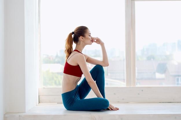 Frau macht yoga-meditation entspannung
