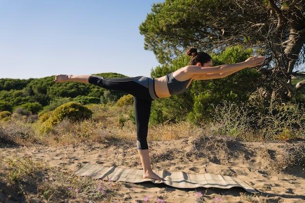 Frau macht yoga übung