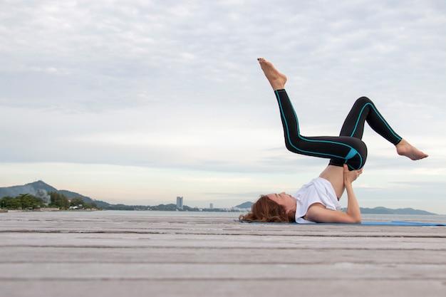 Frau macht yoga-übung
