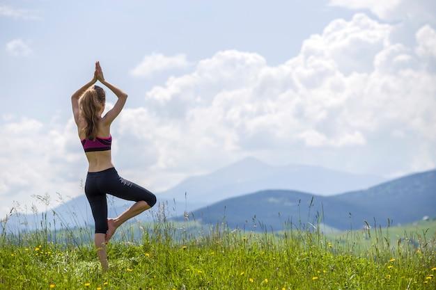 Frau macht yoga-übungen im freien