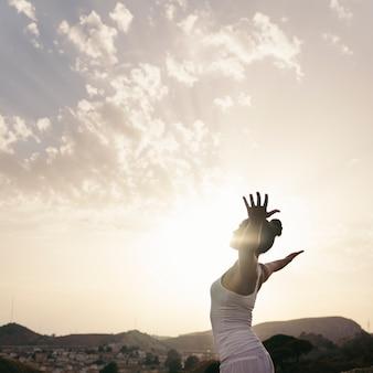 Frau macht yoga und streckt ihren körper aus