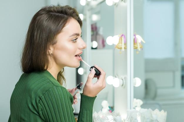 Frau malt die lippen