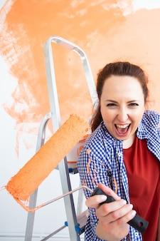 Frau malt die wand