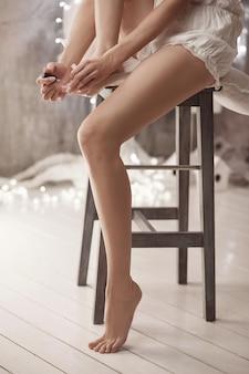 Frau malt ihre zehennägel