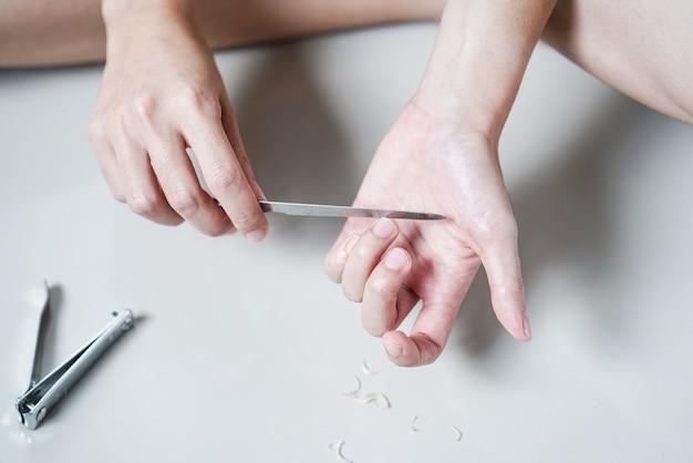 Frau maniküre dateien fingernägel