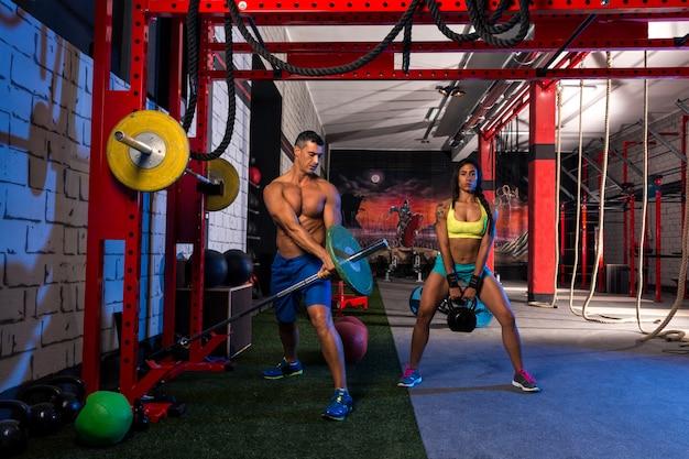 Frau mann fitnessstudio gruppe gewichtheben training