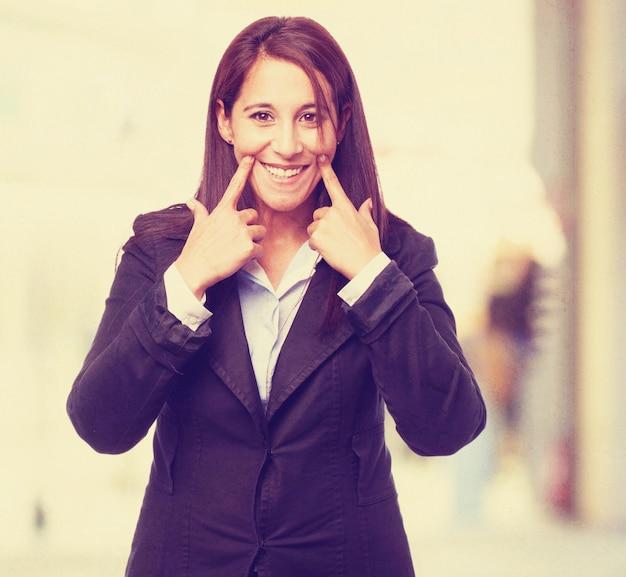 Frau markierung ihr lächeln mit den fingern