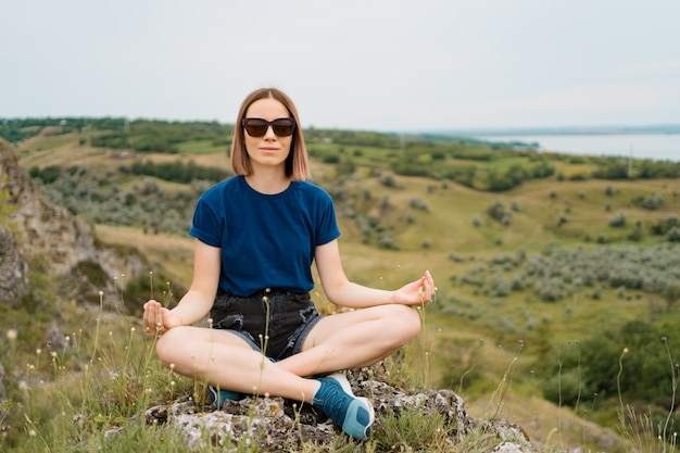 Frau meditiert allein entspannend.